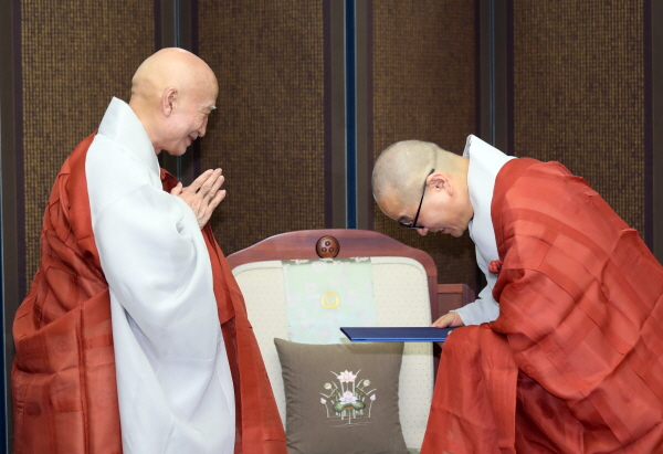 총무원장 스님에게 임명장을 받고 있는 성전스님(오른쪽).JPG
